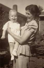 Blanch Sharp Applegate (1902-1989) holding Sonny (G. W. Applegate IV, 1936-2007)