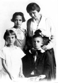 Julia Gordon Patten with children, Maggie, Bill and Marian