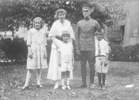 Vernon and Julia Anne Gordon Patten with children, Margaret, William and Marian, 1918